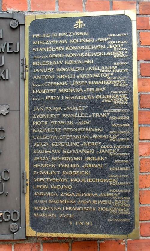 Koluszki ul. 11-go Listopada - kościół. Tablica pamiatkowa ku czci POLEGŁYM I ZAMORDOWANYM W LATACH II WŚ ŻOŁNIERZOM AK OBWODU BRZEZINY KOLUSZKI. #Koluszki #KościółTablica #pamiątkowa #zamordowany #IIWojnaŚwiatowa #żołnierz #zdjęcia