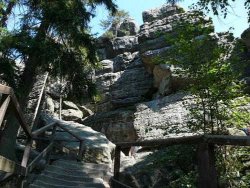 Na wierzchowinę Szczelińca prowadzi 665 kamiennych stopni