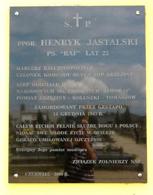 Tablica na budynku kaplicy cmentarnej (Koluszki ul. 11Listopada) poświęcona ppor. Henrykowi Jastalskiemu ps. RAF zamordowanemu przez Gestapo w 1943 roku. #Raf #Koluszki #Cmentarz #KaplicaCmentarna #żołnierz #NSZ #NarodoweSiłyZbrojne #foto
