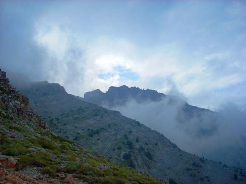 Szczyt otoczony chmurami znad Morza Egejskiego.