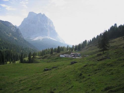 łąka Malga Boi Vescova (1734 m) i dominujące nad okolicą Monte Pelmo (3168 m) #góry #Dolomity #Włochy