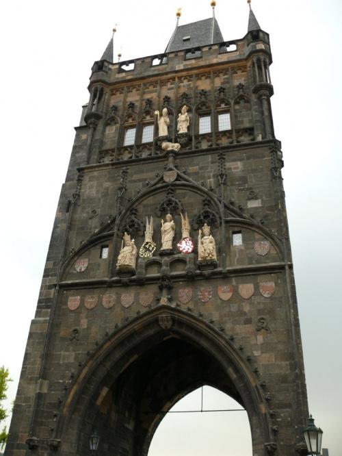 Na Wieży Staromiejskiej widac rzeżbę św. Wita, a po obu jego stronach Karola IV i Wacława IV #Praga