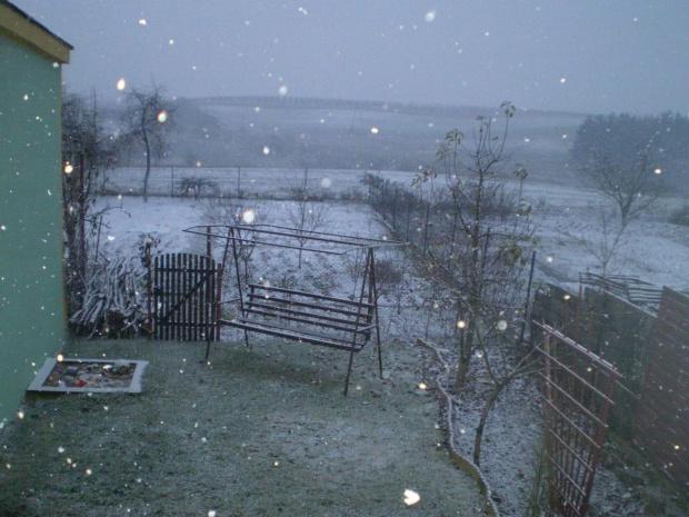 No i zaczęło się . Data : 26.11.2007. Miejsce : fotka z okna . Miejscowość : Piaski Wielkopolskie .